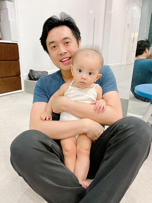 Nhạc sĩ Dương Khắc Linh bị trêu chụp ảnh cùng con dâu tương lai khi bồng bế bé Lisa nhà ca sĩ Hồ Ngọc Hà.