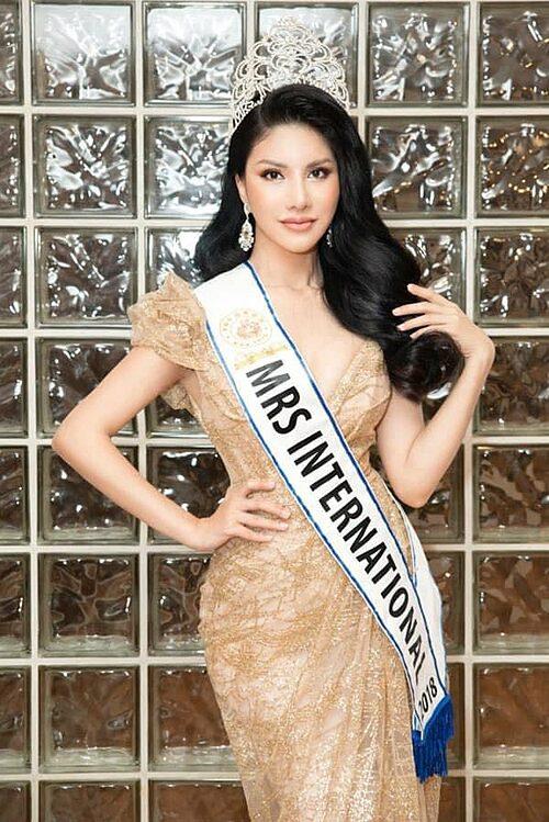 Loan Vương đăng quan ngôi vị Hoa hậu Mrs International 2018 tại Singapore sau khi vượt qua 30 người đẹp đến từ các quốc gia và vùng lãnh thổ trên thế giới.