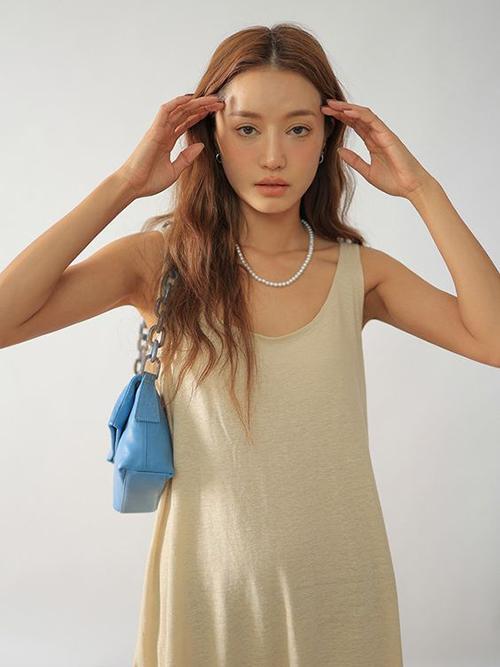 Váy suông vải thun nhẹ nhàng cho mùa nóng cũng được bố trí phần sát nách tạo sự thông thoáng tối đa cho dòng trang phục ứng dụng.