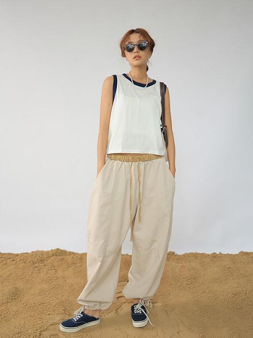 Các mẫu áo kiểu dáng đơn giản, thiết kế trên nhiều loại vải đề cao sự thông thoáng dễ mix cùng chân váy, quần ống rộng và quần short.