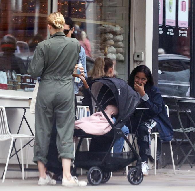 Con gái Amber Heard nằm ngoan trong xe đẩy.