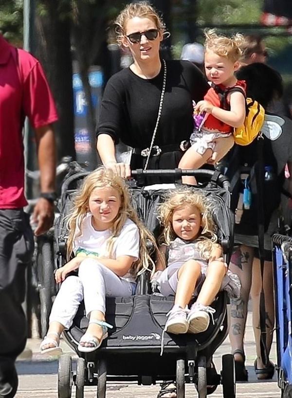 Blake Lively tay trái bế con gái út Betty gần hai tuổi trong khi tay phải đẩy hai con gái lớn James 6 tuổi và Inez 4 tuổi. Ngôi sao 33 tuổi được ví như bà mẹ siêu nhân khi xoay sở với ba nhóc tỳ giữa ngày nắng ở New York.