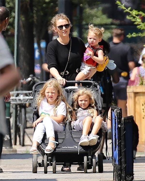 Đây là lần đầu tiên cả ba con gái của Blake Lively được trông thấy đi chơi cùng nhau. Ba cô bé rất giống nhau và đều thừa hưởng mái tóc vàng xoăn nhẹ của mẹ.