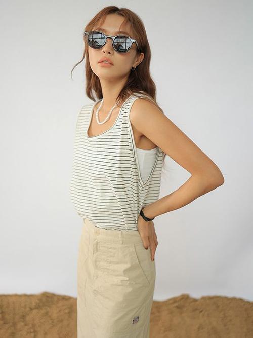 Chất liệu thun cotton sắc màu trang nhã được dùng để tạo nên nhiều mẫu áo mùa hè phù hợp khi dạo phố, mặc ở nhà hoặc tham gia công việc nội trợ.