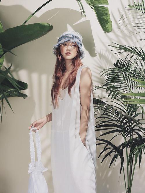 Mẫu váy rộng rãi với phần khoét nách sâu còn có thể mix cùng các mẫu áo crop-top, áo thun ôm để sử dụng khi xuống phố.