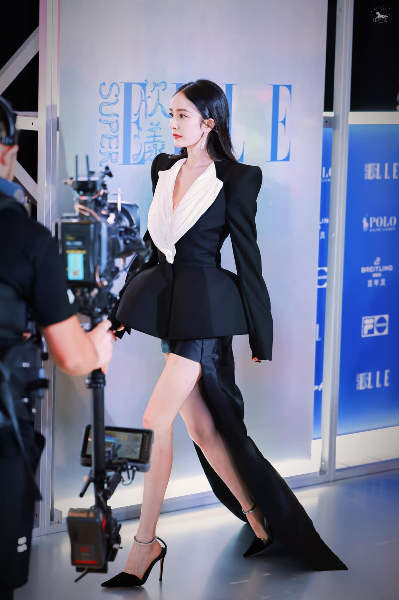 Dương Mịch thành Nữ hoàng thảm đỏ khi sải bước trong sự kiện với bộ đầm của thương hiệu . Thân hình mình dây, đôi chân thẳng tắp giúp cô ghi điểm trước truyền thông. Dương Mịch hiện là ngôi sao hot nhất nhì showbiz Trung Quốc. Tên tuổi của cô liên tục thăng hạng từ sau ly hôn, cộng với thái độ làm việc nghiêm túc, chuyên nghiệp.