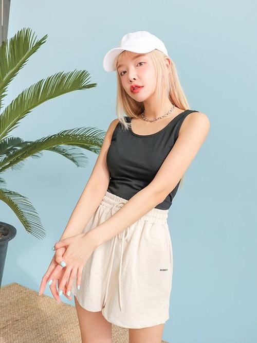 Áo thun ba lỗ với hai tông màu cơ bản là trắng và đen cũng là trang phục được yêu thích ở mùa hè năm nay. Mẫu áo thôn dụng này thường được mix cùng quần lưng chun, quần thun vải nỉ để mang lại sự thoải mái khi ở nhà.