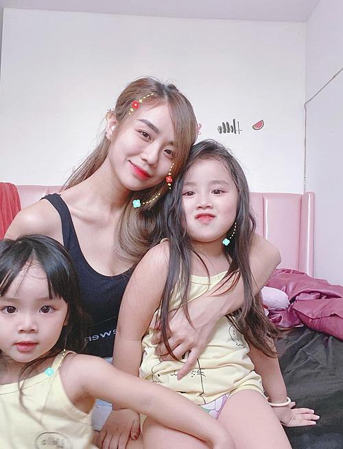 Hai con gái Bảo Ngọc thích thú khi pose ảnh cùng mẹ.