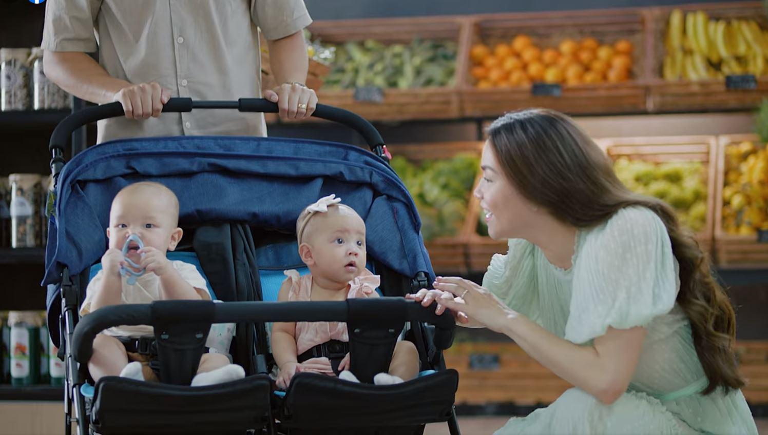 Hai bé Leon - Lisa xuất hiện trong quảng cáo cùng vợ chồng Hồ Ngọc Hà. Ảnh cắt từ video.