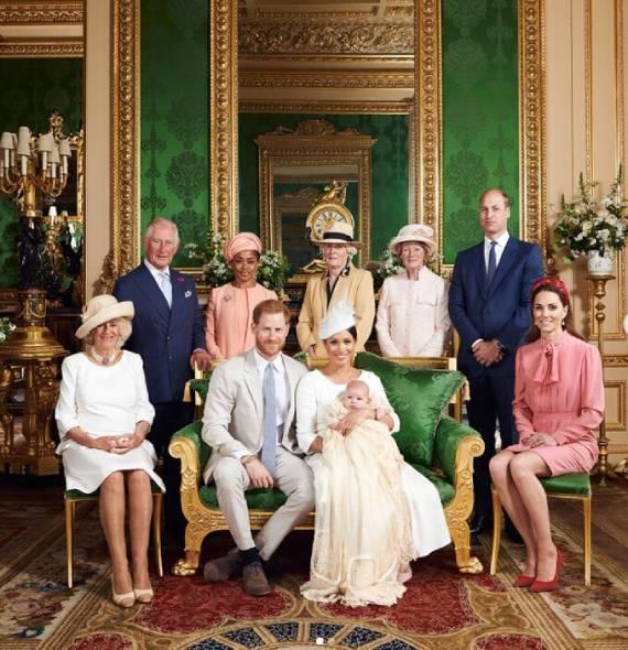 Bé Archie chụp ảnh cùng bố mẹ, ông bà và hai bác sau lễ rửa tội trong căn phòng ở lâu đài Windsor. Ảnh: Instagram.