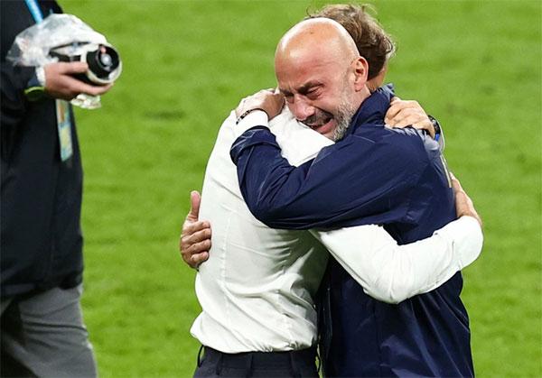 Lãnh đội Gianluca Vialli và HLV Mancini vừa khóc vừa ôm nhau sau loạt luân lưu nghẹt thở. Ảnh: AP.
