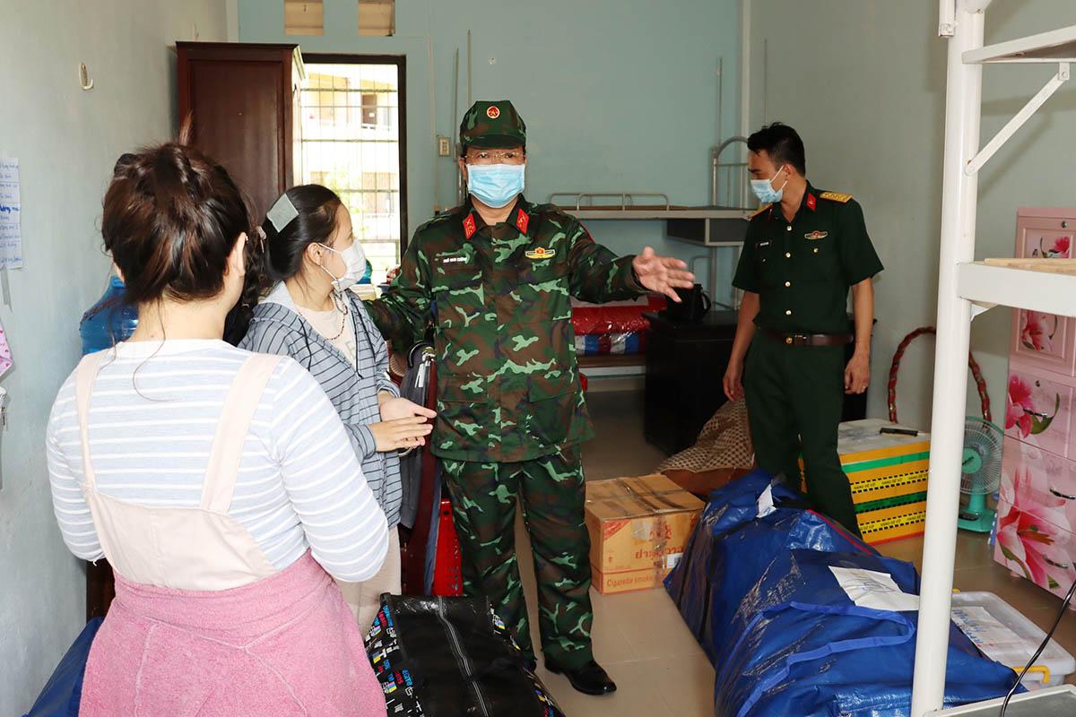 Thượng tá Ngô Nam Cường  kiểm tra công tác chuẩn bị cơ sở cách ly. Ảnh: Vạn An