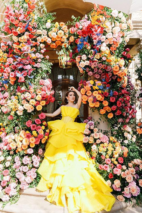 Hai váy cưới màu hồng và vàng của Mimi đều là quà tặng từ người em thân thiết - NTK Đỗ Long. Mimi liên hệ Đỗ Long khoảng 2 tháng trước tiệc và Đỗ Long đã dành ra 1 tháng để làm váy hồng, 2 tuần để làm váy vàng cho người chị mà anh trân quý.
