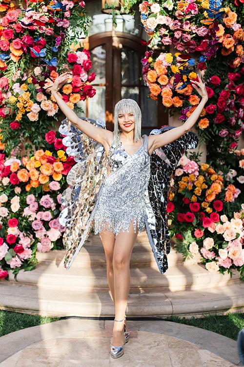 Điểm nhấn của tiệc cũng không thể kể đến các tiết mục biểu diễn. Mimi mời các người mẫu hóa thân thành những chú bướm cánh bạc, có tiết mục của DJ.