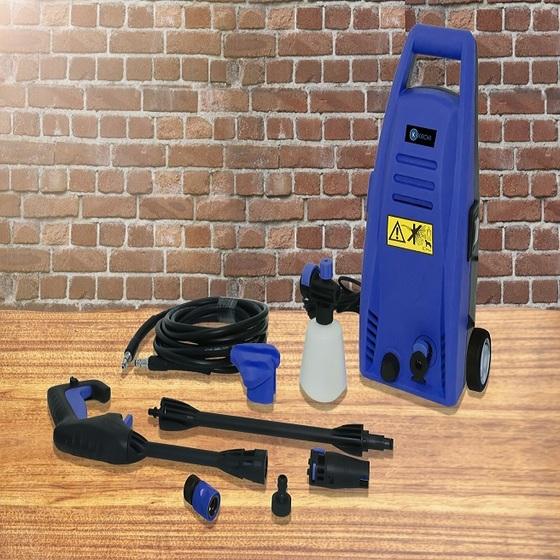 Máy xịt rửa xe cao áp Kachi MK192 1200W 899.000đ (- 47 %)có chất liệu vỏ nhựa PP, nhẹ nhàng, mà cũng rất bền bỉ, phù hợp với tính năng dịch chuyển của máy. Động cơ nhôm của máy giúp máy làm việc công suất và tiết kiệm được điện năng và lượng nước. Dùng để rửa xe gia đình, tưới cây, xịt rửa sàn nhà, trần nhà, vệ sinh máy lạnhThiết kế nhỏ gọn, dễ dàng di chuyển mọi nơi bạn muốnĐi kèm phụ kiện bình xịt tuyết, súng dài và đường dây dẫn nước Ưu điểm nôi bật của máy xịt rửa xe gia đình Kachi MK-192 là có thiết kế nhỏ gọn, có bánh xe nên dễ dàng di chuyển đến mọi nơi bạn cần. Không những thế, với áp lực nước mạnh lên đến 82Bar , áp lực nước mạnh cũng các tia nước áp lực cao giúp vệ sinh mọi vết bẩn bám trên xe, các sàn nhà có rong rêu phủ bám, hoặc các dây chuyển sản xuất nhanh chóng mà lượng nước tiêu hao không đáng kể.