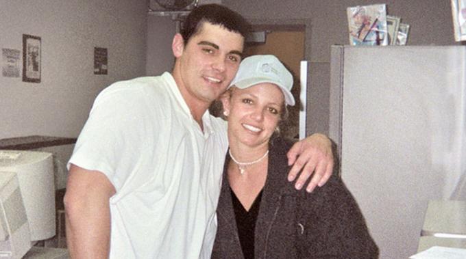 Jason bên Britney thời trẻ. Họ kết hôn khi mới 22 tuổi và hủy bỏ hôn nhân sau 55 giờ.