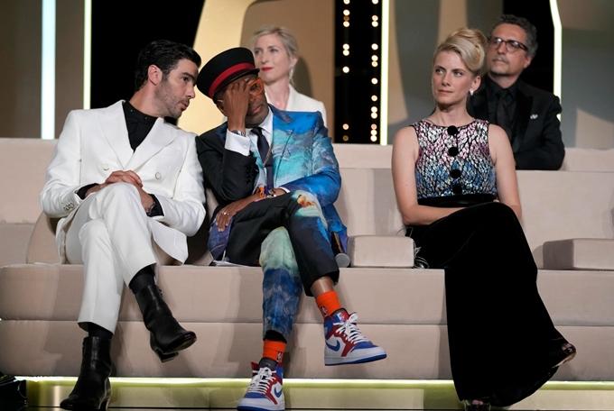 Spike Lee ôm đầu trên hàng ghế giám khảo tại Cannes.