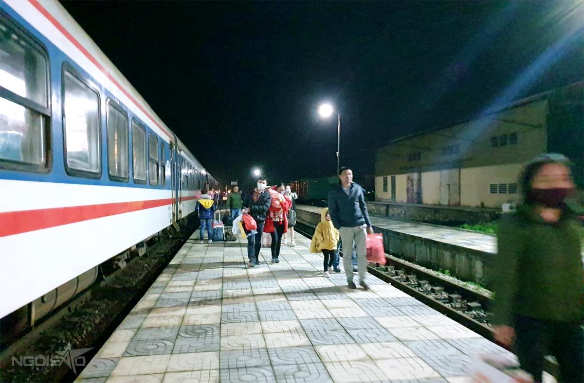 Hành khách đi tàu tại ga Yên Trung, huyện Đức Thọ. Ảnh: Đức Hùng
