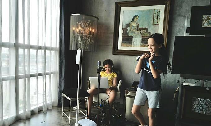 Hai con song sinh Tôm - Tép nhà Hồng Nhung sống chậm khi ở nhà tránh dịch cùng mẹ. Các bé tự cuốn theo các cuộc phiêu lưu trong sách, tự làm các món ăn và disco thưởng thức.