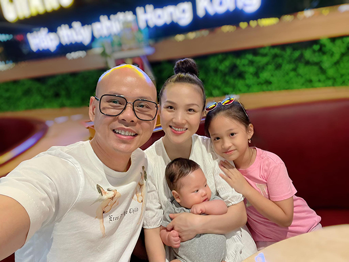 Tấm hình gia đình Phan Đinh Tùng cho con ra ngoài cách đây đã lâu, khi dịch tạm lắng trên toàn quốc.