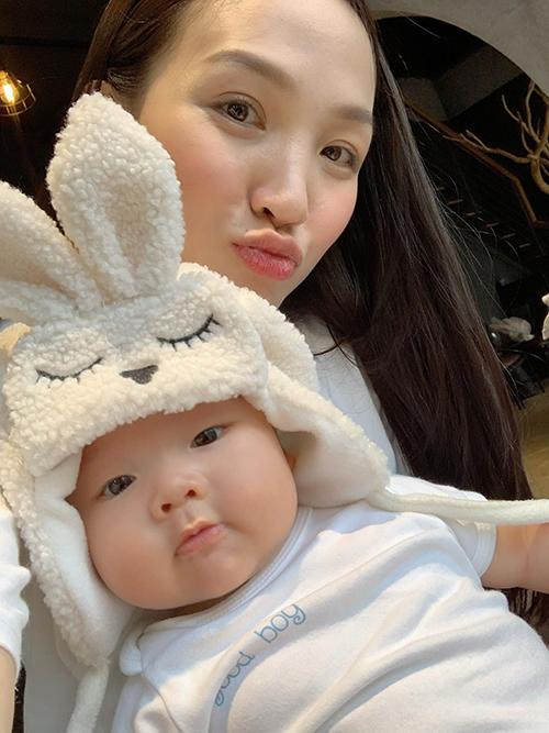 Em Noah là niềm hạnh phúc của gia đình Phan Đinh Tùng - Thái Ngọc Bích. Được nhìn ngắm em phát triển từng ngày khiến chị Bích cảm thấy mọi vất vả trong hành trình làm mẹ đều xứng đáng.
