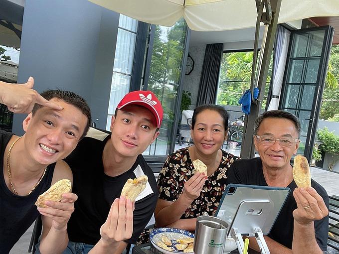 Diễn viên Quốc Trường cùng bố mẹ và anh trai ăn sáng đơn giản với khoai lang nướng mỡ hành.