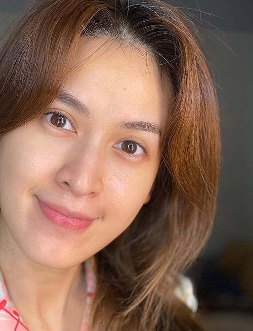 Tóc bạc nhiều, tóc rụng cũng nhiều! Mà mấy cọng tóc bạc thì nó không rụng, Tú Vi than thở về chuyện tóc bạc nhưng nhiều người lại chú ý đến làn da mịn màng của nữ diễn viên ở tuổi 36.