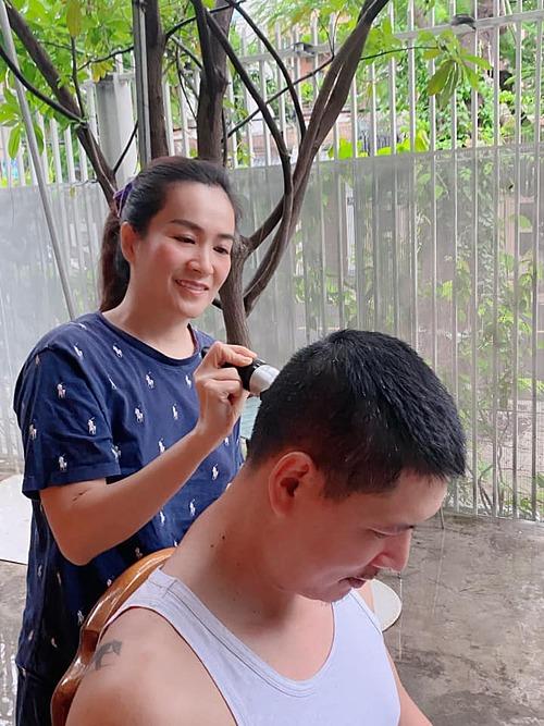 Diễn viên Bình Minh được bà xã Anh Thơ cắt tóc tại nhà.
