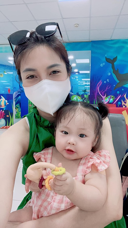 Ca sĩ Pha Lê ngạc nhiên khi con gái quá can đảm, tiêm ngừa hai mũi nhưng không phát một âm thanh.