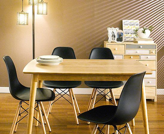 Bộ bàn ăn 4 ghế Sarah - IBIE - Nâu 2.315.700đ (- 40 %)Chất lượng xuất khẩu Hàn quốc.- Chất liệu gỗ cao su tự nhiên bền đẹp.- Mặt bàn gỗ MDF phủ veneer sồi sang trọng.- Kết cấu chắc chắn, gia công tỉ mỉ.- Ghế Eames trứ danh với nhiều màu sắc để chọn- Bộ gồm các loại 4, 6, 8 ghế với nhiều kích thước bàn.  Giới thiệu bộ bàn ăn 4 ghế Sarah màu đen  Ngày nay, dưới áp lực cuốc sống, ai cũng muốn gia đình mình có một không gian thật tiện nghi, hiện đại và sang trọng. Bộ bàn ăn cao cấpSarah được nghiên cứu và sinh ra để đáp ứng đầy đủ những nhu cầu đó. Set 4 ghế với kích thước vừa đủ để không chiếm quá nhiều diện tích của phòng ăn, sẽ giúp bạn có một bữa cơm gia đình đầm ấm. Thiết kế mang phong cách Hàn quốc rất phù hợp với căn hộ chung cư, đặc biệt là các gia đình trẻ.Bộ bàn ăn Sarah có nhiều màu ghế, giúp bạn dễ dàng chọn được màu sắc ưng ý và phù hợp với thiết kế nội thất trong nhà. Ngoài ra, mẫu bàn này có nhiều kích thước từ 1m2 đến 1m8, tạo thành bộ bàn ăn 4 ghế, 6 ghế hoặc 8 ghế, giúp bạn chọn được bộ phù hợp với diện tích và nhu cầu của gia đình mình.Miễn phí vận chuyểnTHỜI GIAN GIAO HÀNG: Từ 1-3 ngày