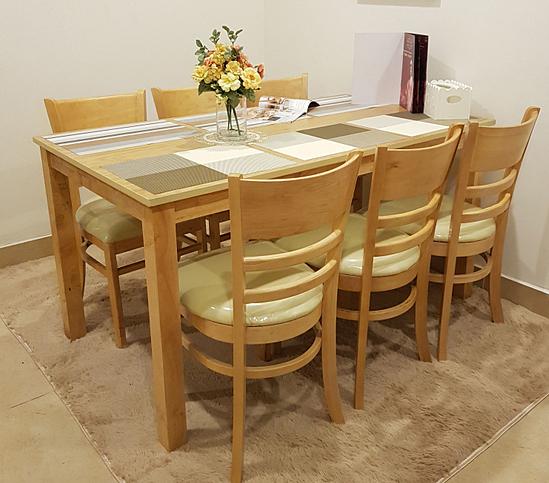Bộ bàn ăn 6 ghế Ulsan IBIE - Nâuv 3.059.700đ (- 40 %)Chất lượng xuất khẩu Hàn quốc.- Chất liệu chính làm từ gỗ cao su- Mặt bàn gỗ MDF phủ veneer sồi sang trọng- Kết cấu chắc chắn, gia công tỉ mỉ.- Bộ gồm các loại 4, 6, 8 ghế với nhiều kích thước bàn.Bộ bàn ăn Ulsan gồm 1 bàn và 6 ghế, kích thước vừa đủ để không chiếm quá nhiều diện tích của phòng ăn. Chỉ cần một góc nhỏ với bộ bàn ăn, bạn đã có một bữa cơm gia đình đầm ấm. Thiết kế mang phong cách Hàn quốc rất phù hợp với căn hộ chung cư, đặc biệt là các gia đình trẻ. Tuy đơn giản nhưng bộ bàn ăn này vẫn  mang đến vẻ đẹp sang trọng, hiện đại cho không gian nhà bạn.  Nguyên liệu chính là gỗ cao su đã qua chế biến chống cong vênh mối mọt, đạt trình độ thẩm mỹ và có độ bền rất cao. Ghế có nệm dày, vỏ bọc nệm simily cao cấp tạo cảm giác êm ái, thoải mát cho người ngồi.Miễn phí vận chuyển nội thành HCMTHỜI GIAN GIAO HÀNG: Từ 1-3 ngày