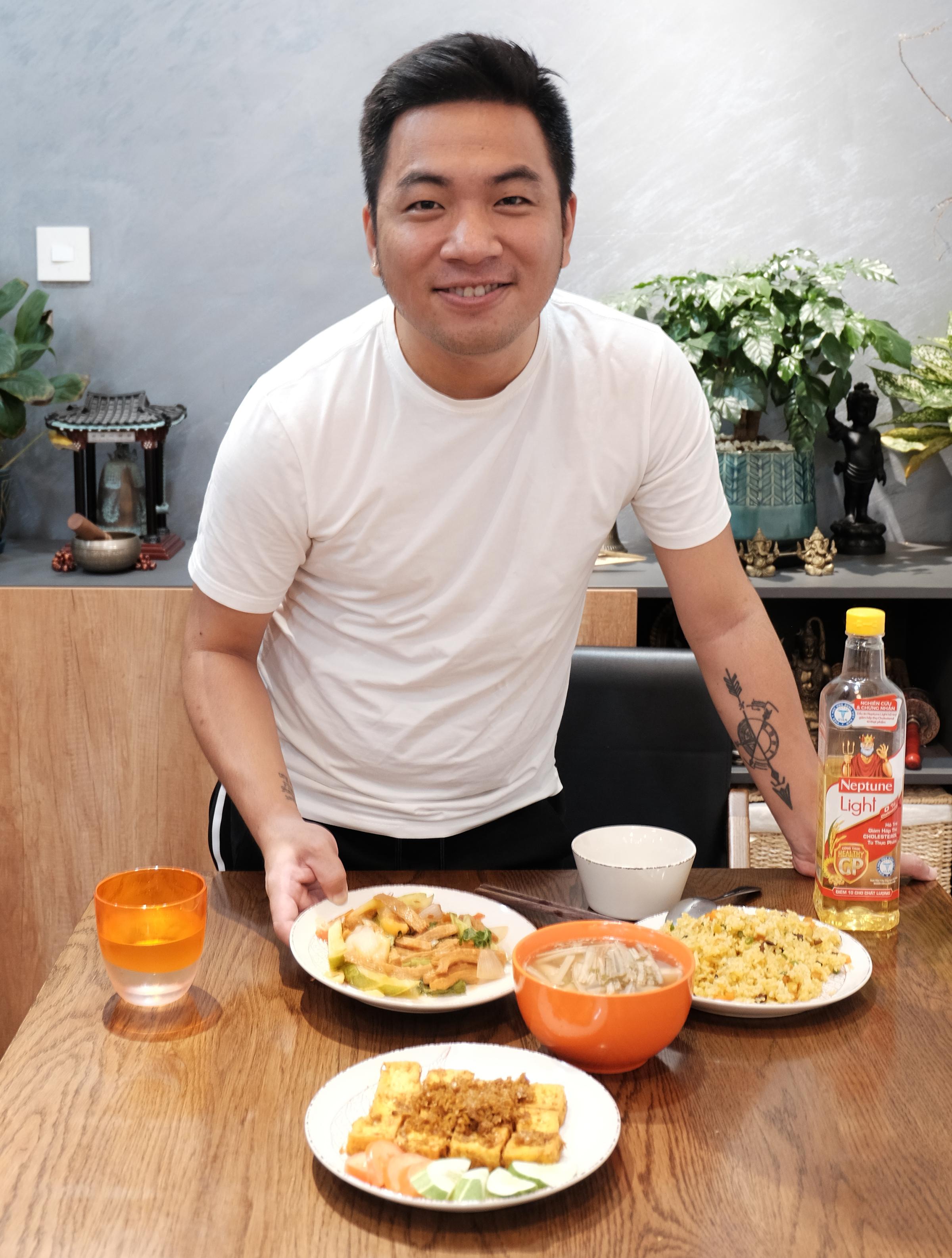 Nguyễn Ngọc Thạch nấu cơm chiên dương châu, đậu hũ chiên sả ớt, canh sườn... để
