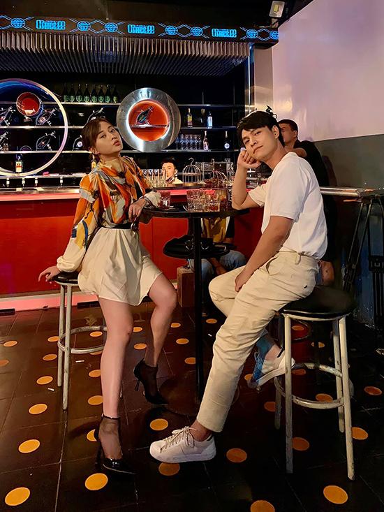 Trong một bức ảnh được hé lộ với sự tham gia của nhân vật Phi, Phương Oanh còn có màn lột xác với trang phục sành điệu không kém nữ diễn viên ở ngoài đời.