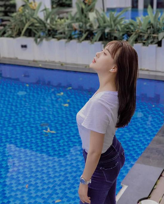 Dù thay đổi kiểu tóc, trang phục của Phương Nam trong một số phân đoạn vẫn toát lên vẻ khoẻ khoắn, năng động như quần jean kết hợp áo phông hoặc sơ mi.