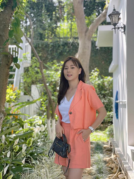 Phương Oanh sành điệu khi kết hợp suit sáng màu với túi hiệu. Đây là phục trang cho một trong những cảnh quay đầu tiên của cô khi đóng phần hai.