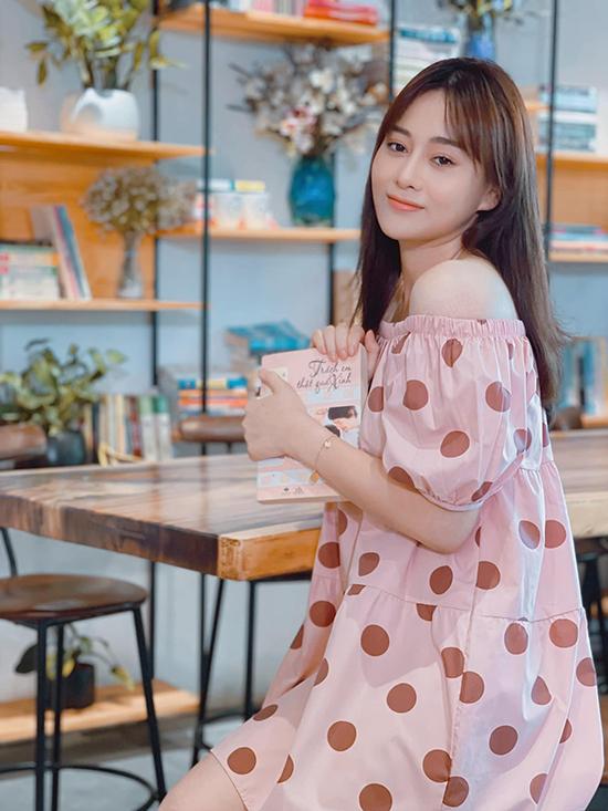 Bộ váy trễ vai chấm bi cùng mái tóc buông xoã và kiểu trang điểm trong suốt khiến nhiều khán giả tin rằng sẽ có một Phương Nam bánh bèo ở Hương vị tình thân phần hai.