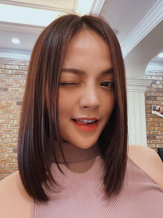 Không chỉ Phương Oanh, Thu Quỳnh cũng thay đổi nhiều về ngoại hình trong phần hai. Nữ diễn viên tháo tóc nối, để kiểu ngang vai và chẻ ngôi giữa, xây dựng diện mạo hiện đại hơn so với kiểu tóc mái lệch của phần một.