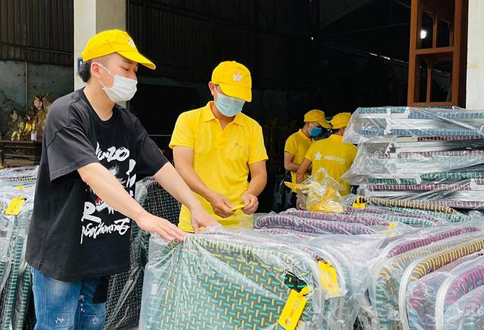 Tùng Dương bàn giao giường xếp để chuyển đi TP HCM.