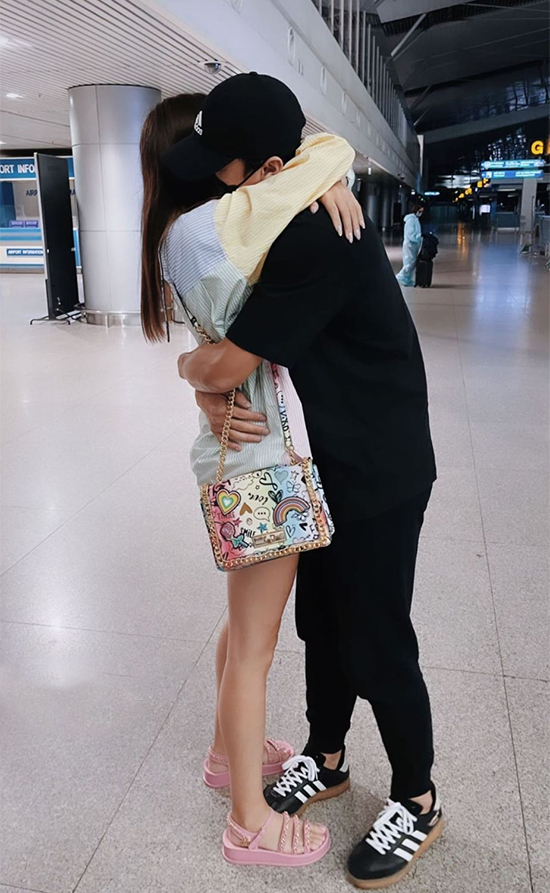 Bùi Tiến Dũng ôm chia tay bạn gái ở sân bay. Ảnh: BTD.