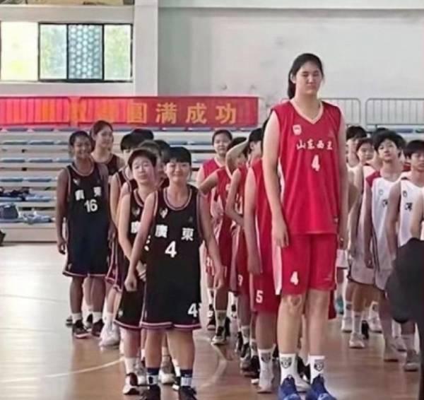 Zhang Ziyu khi đứng cùng đồng đội và đối thủ trong trận thi đấu bóng rổ hôm 15/7. Ảnh: Weibo.