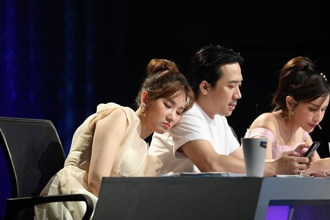 Hari Won ngả đầu vào vai Trấn Thành ngủ gật trong giờ nghỉ của buổi ghi hình.
