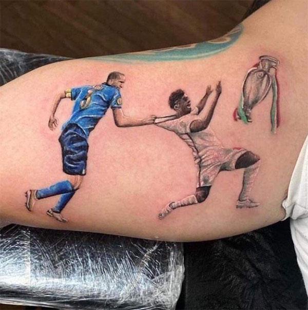 Fan Italy xăm khoảnh khắc Chiellini kéo cổ áo Saka thêm hình ảnh chiếc Cup phía trước tuyển thủ Anh khiến hình vẽ thêm cay đắng với người hâm mộ Tam Sư. Ảnh: Twitter.