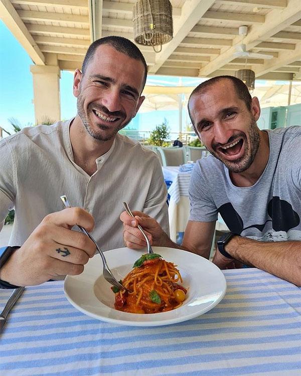 Bonucci và Chiellini ngầm ý chế giễu tuyển Anh khi ăn món mỳ truyền thống trong kỳ nghỉ chung. Ảnh: Instagram.