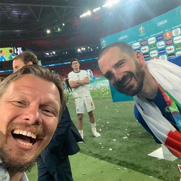 Bonucci với bức ảnh selfie để đời khi Harry Kane lọt vào khung hình đúng giây phút đăng quang. Ảnh: Twitter.