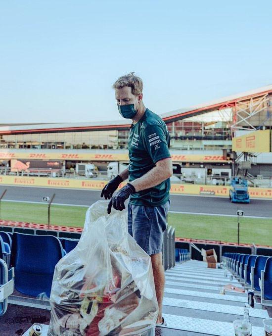 Đeo khẩu trang và găng tay, nhà vô địch F1 4 năm liên tiếp từ 2010 đến 2013 lên khán đài dọn rác khi khán giả đã về hết. Theo giới truyền thông, Sebastian Vettel cùng một nhóm fan cầm túi nilong đi dọc các hàng ghế để nhặt rác.