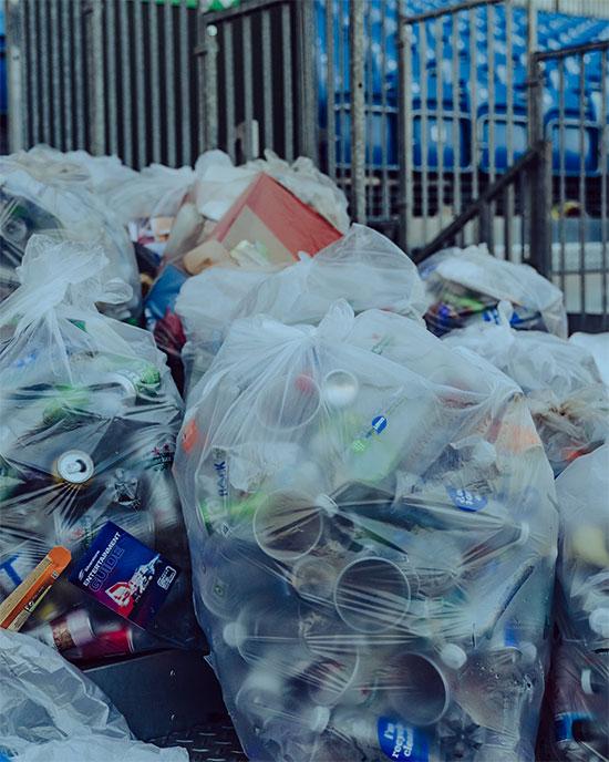Những túi rác lớn được nhóm của nhà cựu vô địch F1 thu dọn và để gọn vào một góc sau ba giờ cùng nhau làm việc.