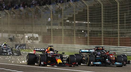 Đường đua Silverstone nước Anh cuối tuần qua chứng kiến cuộc tranh cãi nảy lửa khi xe của Hamilton thuộc đội Mercedes và Verstappen của Red Bull va chạm ngay khúc cua đầu sau khi xuất phát. Vụ va chạm ở tốc độ cao khiến xe của Verstappen văng ra khỏi đường đua va vào rào chắn.