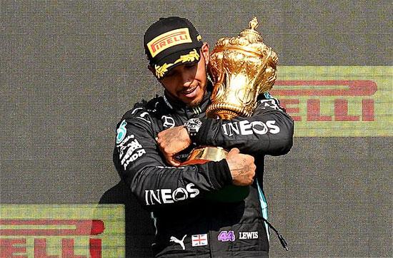 Hamilton bị phạt 10 giây sau khi khiến xe của đối thủ gặp nạn. Tuy nhiên nhà vô địch 7 lần đăng quang ở F1 có cuộc lội ngược dòng ngoạn mục và về nhất. Việc Hamilton đăng quang khiến Verstappen bực tức. Tay đua người Hà Lan chỉ trích đối thủ thiếu tôn trọng và không có tinh thần thể thao vì ăn mừng khi anh đang trong bệnh viện.