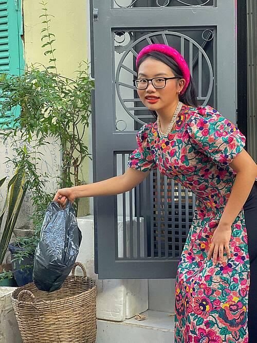 Ở nhà bị bố mẹ chê ăn mặc lôi thôi, Phương Mỹ Chi liền ăn mặc lồng lộn đi vứt rác, chăm cây.