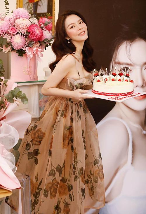 Lý Nhã Kỳ tâm sự trong ngày đón sinh nhật tuổi 39: Đã từng tổ chức nhiều năm sinh nhật với hàng triệu bó hoa hồng được trang trí như chuyện cổ tích mà tôi hằng mong ước,nhưng tôi vẫn thấy trong tôi còn thiếu một cái gì đó mà chưa tìm thấy câu trả lời .Và rồi hôm nay tôi đã tìm ra câu trả lời, vẫn thổi nến một mình, ăn bánh sinh nhật một mình mà sao tôi lại vui đến thế, hạnh phúc đến thế, và trái tim tôi cứ có cảm giác hồi hộp đến lạ thường. Có lẽ là vì tôi đã cảm nhận được tình yêu, tình yêu từ mọi người xung quanh tôi,những người đã mang đến cho tôi cảm giác hạnh phúc, ấm áp bằng sự quan tâm và những lời chúc từ trái tim và tình yêu của họ giành cho tôi. Cám ơn cuộc đời đã cho tôi được hạnh phúc, tôi đang cảm nhận hạnh phúc từ những thứ giản đơn nhất, nhỏ bé nhất. Cám ơn các anh, chị, em, bạn bè luôn giành những điều tốt đẹp đến cho tôi.